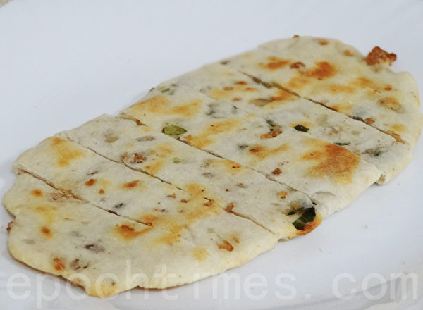 香酥的猪油渣妙用无穷,可烘焙成另类香酥的葱油饼。(摄影:林秀霞 / 大纪元)