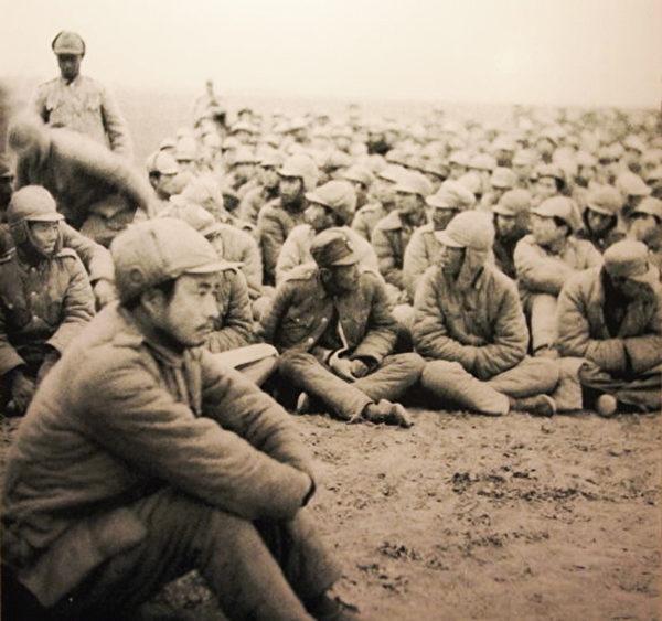 1948年徐蚌会战(淮海战役),白崇禧于第一时间自武汉派遣黄维兵团12万人支援,黄兵团半路就被共军包围,司令官黄维(最前方坐者)战败被俘。(大纪元台湾记者吴涔溪翻摄)