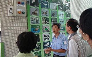 岳明國小校長黃建榮(左二)解說導覽。(宜蘭縣政府 提供)