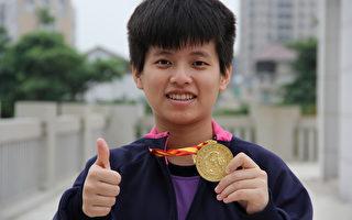 """陈宜佳拿下今年台湾世界杯全球华人武术大赛金牌,受奖时,她喜极而泣说:""""这块金牌弥足珍贵,要献给天上的母亲""""。(葳格高中提供)"""