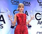 """11月6日,第47届美国乡村音乐奖(CMA)颁奖礼,泰勒•斯威夫特捧得""""年度音乐事件""""和""""乡村音乐巅峰奖""""。(Jason Davis/Getty Images)"""