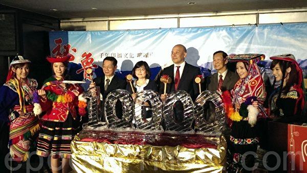 外国驻台观光代表联合会会长施春庭(右3),秘鲁驻台北商务办事处代表郭栋及(右4),理想旅运集团董事长蔡荣一(左3)美国联合航空总经理唐静仪(左4),一同主持秘鲁观光起飞计划破冰仪式。(杨小敏/大纪元)