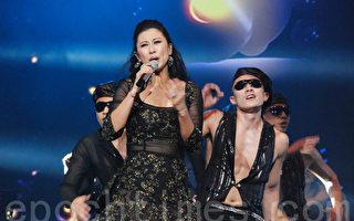 叶蒨文在演唱会中劲歌热舞。(张建浩/大纪元)