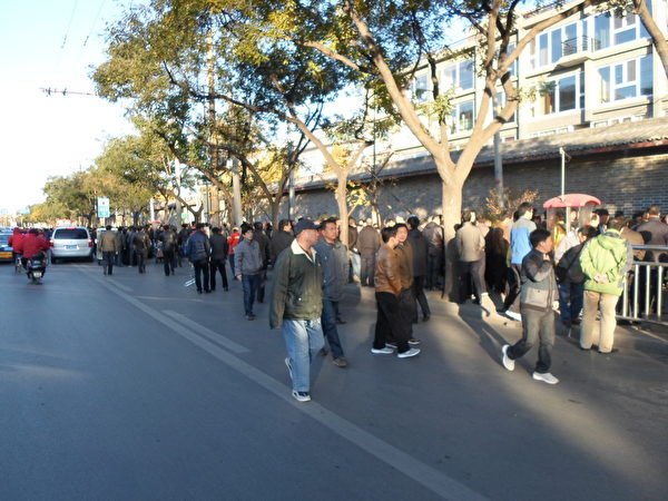11月11日,有數萬訪民到北京「三辦」外排隊登記,人數空前之多,頗為壯觀。(知情者提供)