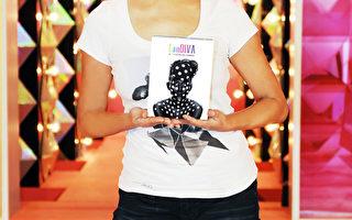 蓝心湄拿着新改版的DVD说这是最好的生日礼物。(TVBS提供)