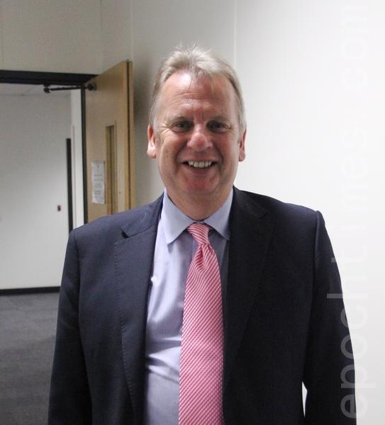 """Rhodri Glyn Thomas议员会后接受记者采访采访时说:""""我们会确保对此人权问题进行充分的辩论,在威尔士国民议会,也在英国议会, 它们(英国议会)对外交政策负有责任。(李景行/大纪元)"""