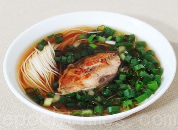 红油爆鱼面是奥灶面的著名品种,汤红面白配上青鱼,鲜热美味。(摄影:彩霞/大纪元)