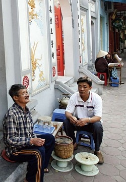 河内市中心的街道旁常见的小茶摊,形成越南独特的茶文化。(AFP)