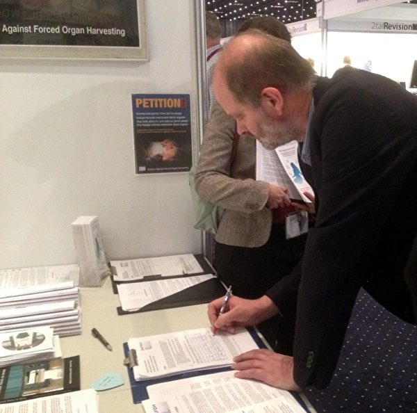 """2013年11月11~15日,丹麦一年一度的""""医生日""""活动(Lægedage)于贝拉中心(Bella Center)举办。丹麦与瑞典法轮功学员作为义务工作者,响应DAFOH组织发起的全球征签活动,为呼吁联合国人权事务高级专员""""要求中国政府立即停止强摘法轮功学员器官""""而设立了展台。展台在展览大厅成为聚焦点,活摘器官引起丹麦医学界的普遍关注与震惊,医生们纷纷签名,表示支持立即制止这种前所未有的反人类罪行。(摄影:林达/大纪元)"""