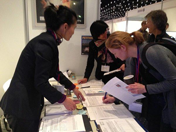 """2013年11月11~15日,丹麦一年一度的""""医生日""""活动(Lægedage)于贝拉中心(Bella Center)举办。丹麦与瑞典法轮功学员作为义务工作者,响应DAFOH组织发起的全球征签活动,为呼吁联合国人权事务高级专员""""要求中国政府立即停止强摘法轮功学员器官""""而设立了展台。展台在展览大厅成为聚焦点,活摘器官引起丹麦医学界的普遍关注与震惊,医生们纷纷签名,表示支持立即制止这种前所未有的反人类罪行。(摄影:李璐/大纪元)"""