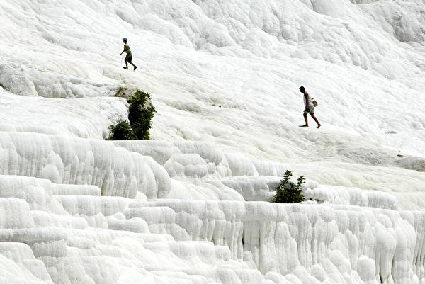 土耳其棉花堡如白色棉花团。(MUSTAFA OZER / AFP)
