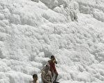 游客享受土耳其棉花堡温泉冲淋乐趣。(MUSTAFA OZER / AFP)
