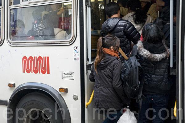 通過中國城的公交車經常是擁擠不堪。(曹景哲/大紀元)