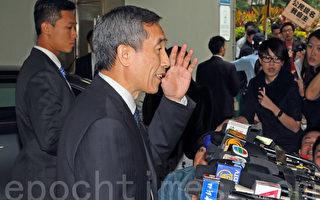 來港訪問三天的中共全國人大常委會副秘書長兼香港基本法委員會主任李飛,首日會見律政司司長袁國強,遭到一批社民連成員示威要求普選。(潘在殊/大紀元)