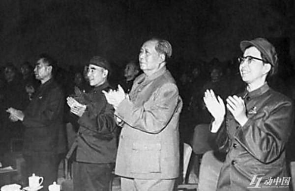 右一為江青,右二為毛澤東(網絡圖片)