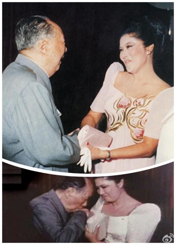 1974年9月,毛澤東會見菲律賓總統費迪南德.馬科斯夫婦。當馬科斯夫人伊梅爾達出現時,毛澤東突然拉起了伊梅爾達的手,而後將手托到胸前,擱在嘴邊輕輕一吻。(網絡圖片)