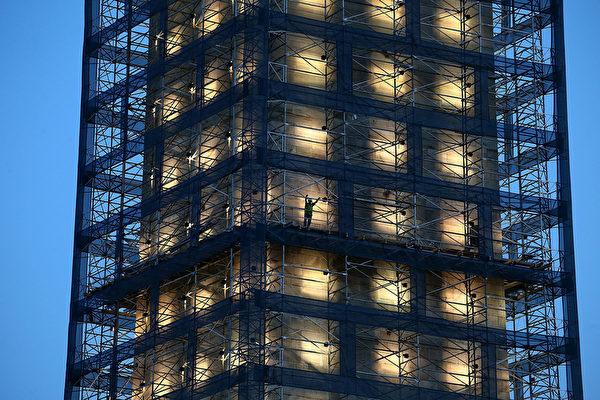 華盛頓紀念碑周圍施工用的腳手架拆除工作,估計需耗時三個月。(圖片來源:Getty Images)