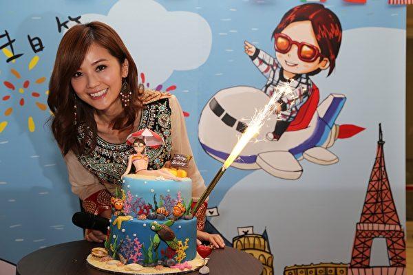 阿Sa生日當天舉辦生日會,跟粉絲同樂吃蛋糕。(EEG提供)
