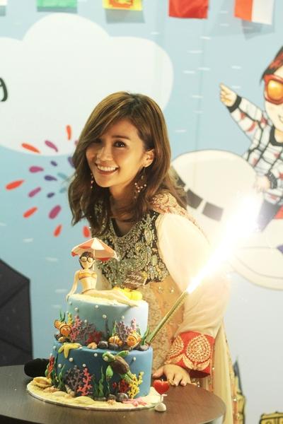 蔡卓妍(阿Sa)昨天(22日)生日,特別抽空返港與粉絲見面慶生。(EEG提供)