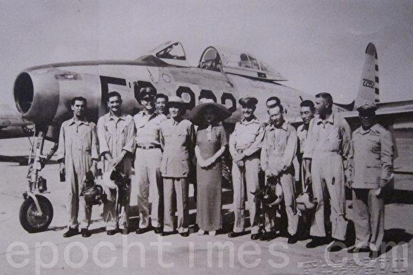 1951年起,美国派遣军事顾问团来台进行军事援助,此照片为1953年美国空军顾问组搭专机抵达台北情形,由蒋中正总统及宋美龄女士亲自前往迎接,(钟元翻摄/大纪元)