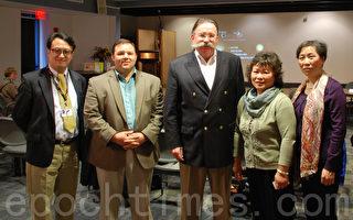 (左起)医学教授何博士、主办方艾伯特、新港市长Henry Winthrop、主办者黄女士和曾被中共迫害的法轮功学员杨女士。(摄影﹕唐月/大纪元)