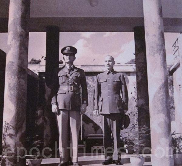 1942年2月蒋中正委员长与陈纳德于昆明合影(国防部)。(钟元翻摄/大纪元)