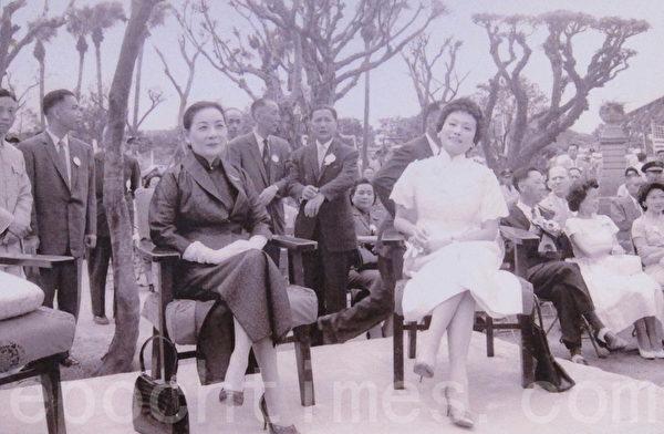 1958年8月9日蒋夫人(左)与陈香梅女士(右)共同主持陈纳德将军铜像揭幕典礼(国防部)。(钟元翻摄/大纪元)