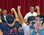 香港特首梁振英11月24日下午到沙田官立中學出席地區諮詢會,人民力量、學民思潮和保繯香港運動等過百人到場外示威抗議,要求他立即下台,大批警員就在場外戒備。(潘在殊/大紀元)