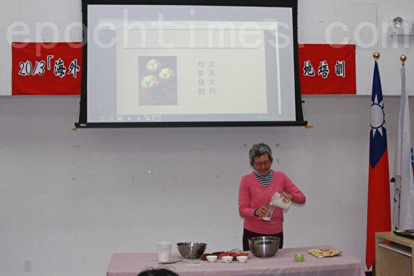 林千惠老師現場做發糕。(攝影:王靜/大紀元)