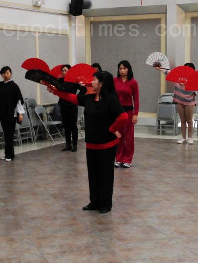 林宛慶老師教授民俗舞。(攝影:王靜/大紀元)