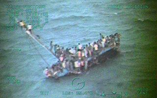 美國海岸防衛隊在巴哈馬海域,發現一艘超載的貨輪,救起110人獲救,據傳約有30人喪生。(U.S. Coast Guard via Getty Images)