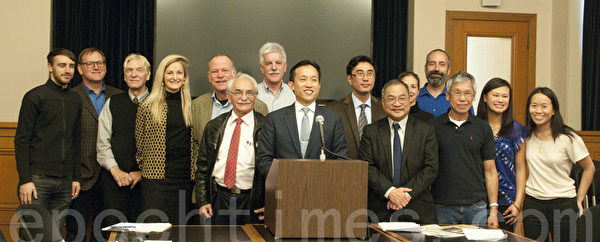 11月26日,旧金山市议会议长邱信福提案,为现有的改装单元提供合法化途径。图为邱信福(中)与支持者们在记者会上。(周凤临/大纪元)