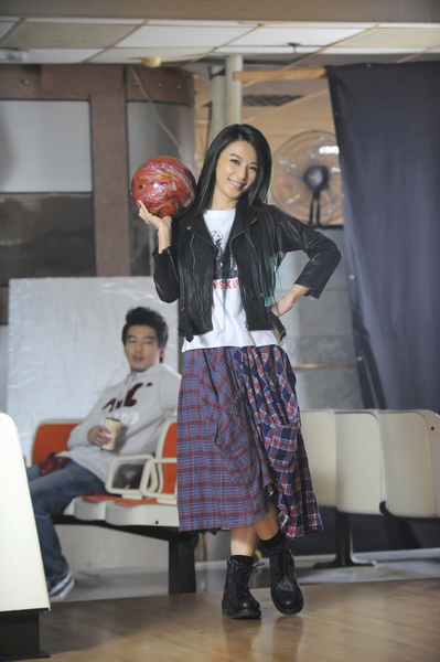 田馥甄在保齡球館拍攝。(華研提供)