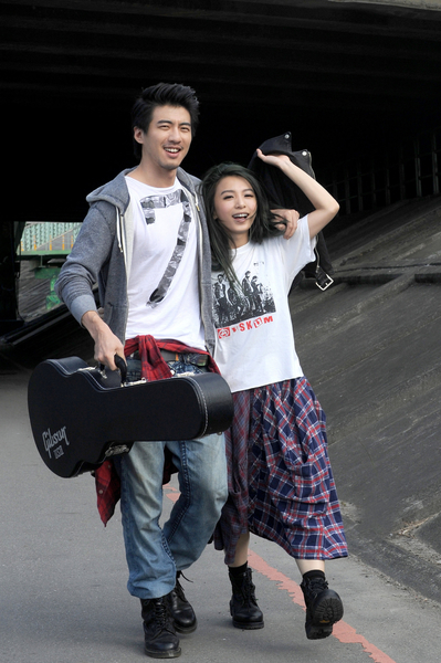 田馥甄與男主角一早7點在河濱公園散步拍MV。(華研提供)