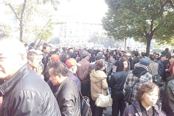 組圖:上海市政府數千人抗議示威 高喊打倒韓正(視頻)