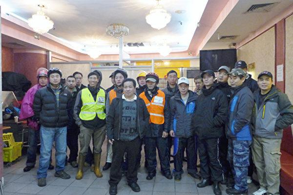 近日连连吃罚单的华人外卖郎11月27日在华埠一餐馆聚会,抗议政府断了他们的生路。(摄影:蔡溶/大纪元)