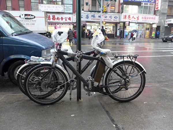 外卖郎的生计离不开电动单车,这是他们能负担的最快捷也最廉价的交通工具。图为华埠东百老汇上随处可见的外卖郎电动单车。(摄影:蔡溶/大纪元)
