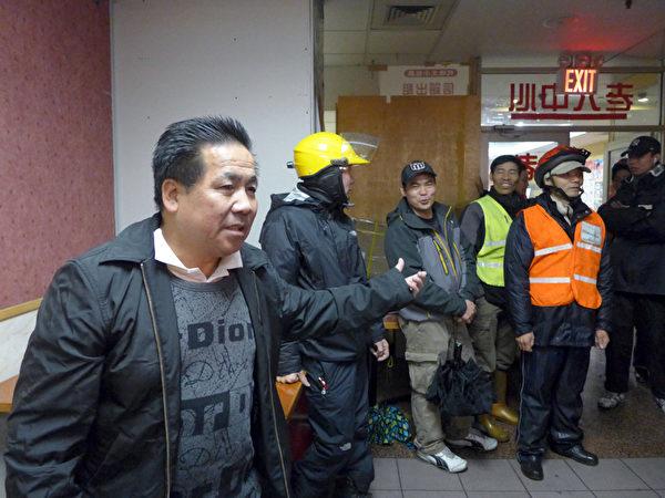 外卖郎代表卢德泉说,目前纽约华人的送餐队伍就有过万人,送餐范围有时去到10条街、20条街以外,脚踏自行车如果一天只送两个来回根本赚不了钱,体力也跟不上。 (摄影:蔡溶/大纪元)