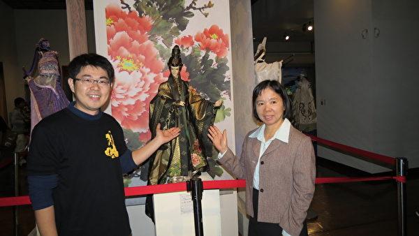 博物館長宋麗華(右)與作者涂建軒在人性化布偶前合影。 (蘇泰安/大紀元)