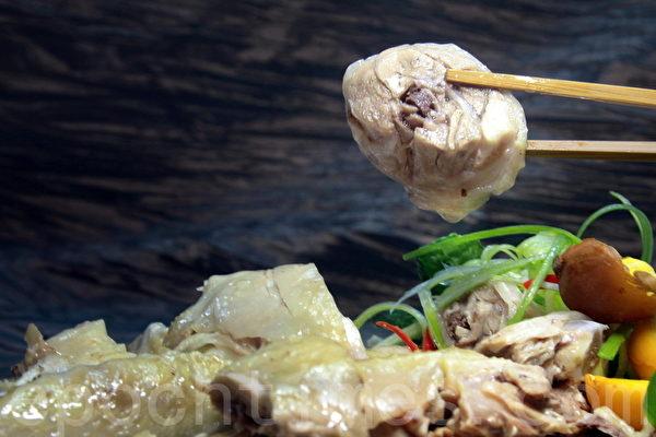 葱香白斩鸡最能吃出纯土鸡原味。(赖友容/大纪元)