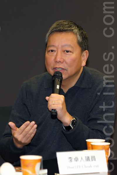 """总部设于美国华府的""""医生反对强制摘取器官组织""""(Doctors Against Forced Organ Harvesting, DAFOH)11月28日在香港立法会大楼内,破天荒举行一场探讨中共活摘器官的研讨会,立法会议员李卓人议员呼吁全世界都应禁止中共不人道的罪恶。(潘在殊/大纪元)"""