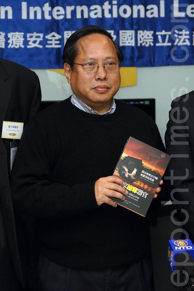 """总部设于美国华府的""""医生反对强制摘取器官组织""""(Doctors Against Forced Organ Harvesting, DAFOH)11月28日在香港立法会大楼内,破天荒举行一场探讨中共活摘器官的研讨会,呼吁各界制止中共活摘法轮功学员器官的暴行,图为主持人立法会议员何俊仁,他认为今次在立法会举行研讨会意义重大。(潘在殊/大纪元)"""