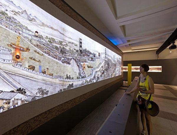 """八公尺大型""""乾隆南巡图""""互动装置,让参观者成为故事的参与者。(顽石创意提供)"""