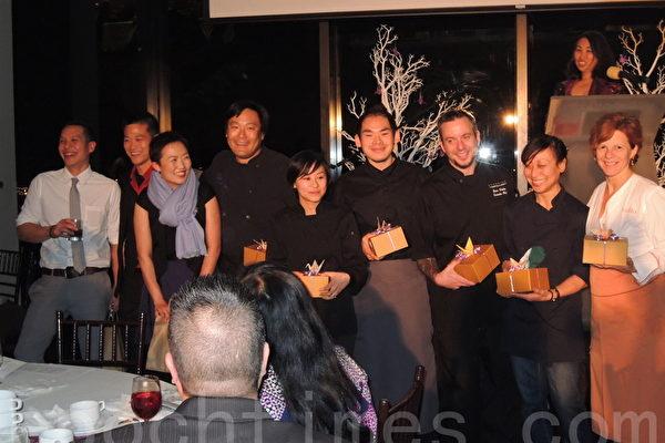 前来献艺助兴的波士顿名厨(右起):Jody Adams、邝乐怡、Sean Wesoky、Jason Doo、梅爱霞、蔡明昊和以调酒著称的Yong Won。(摄影﹕刘景丽/大纪元)