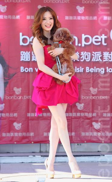 刘真透露今年工作顺利,加上自创宠物用品新品牌发表,可说是感情事业两得意。(丘普林/大纪元)