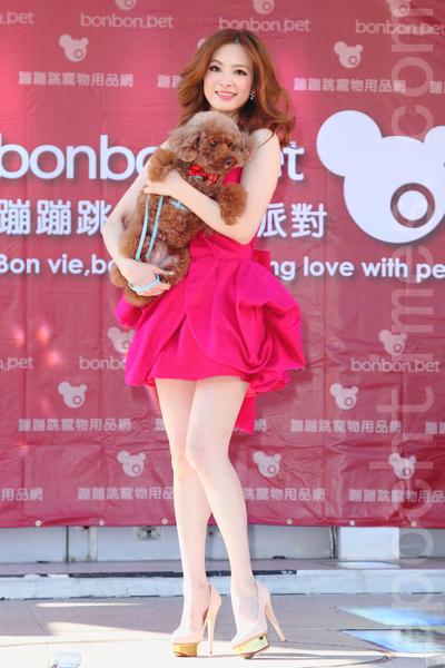 刘真带爱犬跟其他红贵宾相亲。(丘普林/大纪元)