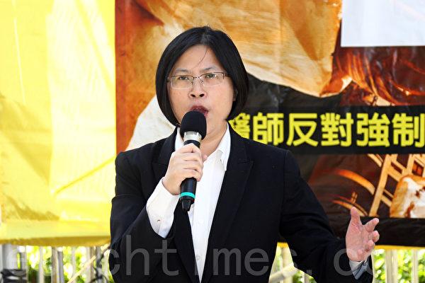 香港法輪功學員和各界人士11月30日在香港政府總部舉行反迫害集會,呼籲共同制止中共活摘法輪功學員器官的滔天罪行,醫生反對強制摘取器官組織亞洲區法律顧問朱婉琪首次在會上提出建議,呼籲全世界的國會成立一個跨國界、跨黨派的全球國會議員反對中共活摘器官聯盟。(潘在殊/大紀元)