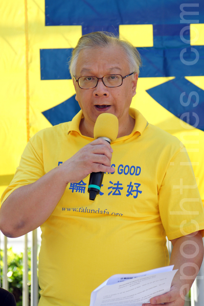 香港法輪功學員和各界人士11月30日在香港政府總部舉行反迫害集會,呼籲共同制止中共活摘法輪功學員器官的滔天罪行,香港法輪佛學會發言人簡鴻章指善惡必報是天理,正義的伸張不遠了。(潘在殊/大紀元)