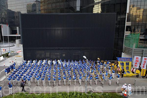 香港法輪功學員和各界人士11月30日在香港政府總部舉行反迫害集會,呼籲共同制止中共活摘法輪功學員器官的滔天罪行,天國樂團在場表演。(潘在殊/大紀元)