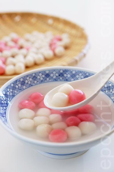 """""""汤圆""""是冬至必备的食品,""""圆""""意味着""""团圆""""""""圆满"""",冬至吃汤圆又叫""""冬至团""""。(龚安妮/ 大纪元)"""